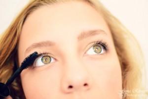 Applying-Mascara